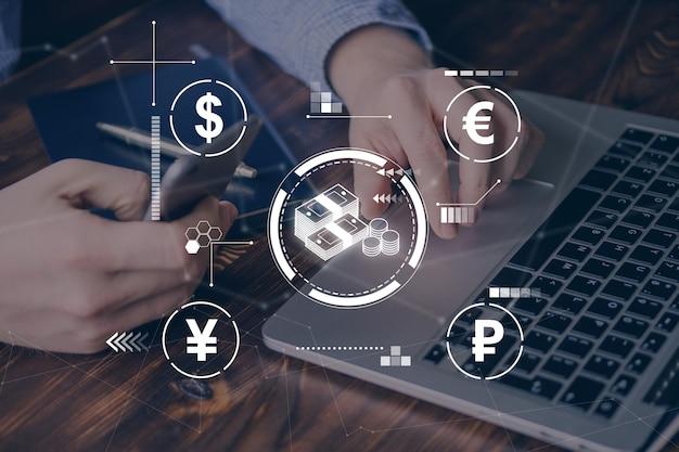 Concept d'équivalent en espèces dans différentes devises avec des graphiques sur l'arrière-plan d'un homme d'affaires.