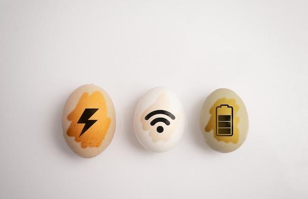 Concept d'essentiels nomades numériques sur oeuf