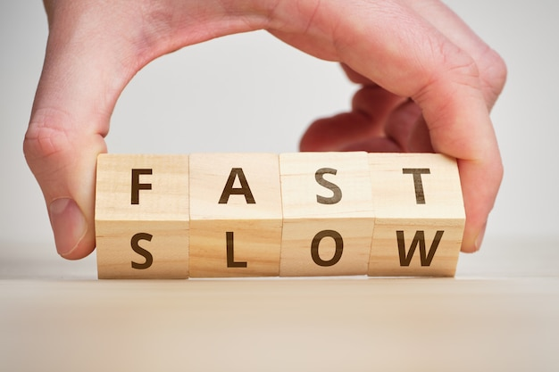 Le concept est rapide et lent par opposition à et change.