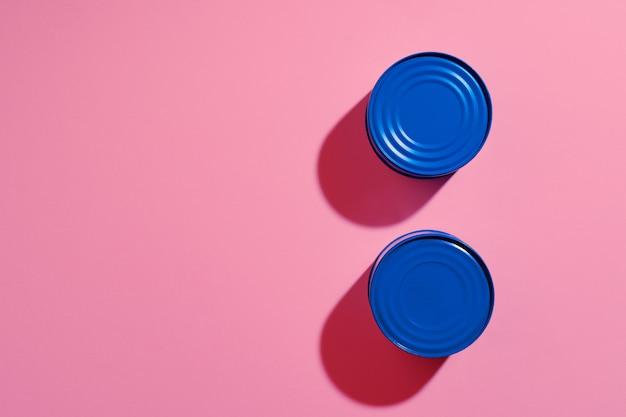 Concept esthétique avec boîte de conserve peinte en bleu sur une surface rose