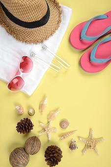 Concept d'été et accessoires (coquillages, étoiles de mer, feuilles de coco) avec plage de sable