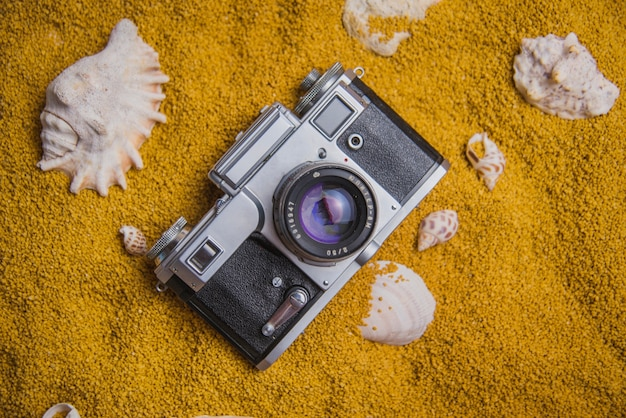 Concept d'été avec caméra vintage