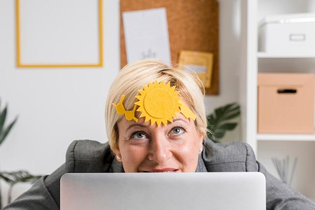 Concept d'été de femme d'affaires au bureau