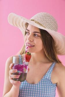 Concept de l'été avec une femme buvant un cocktail