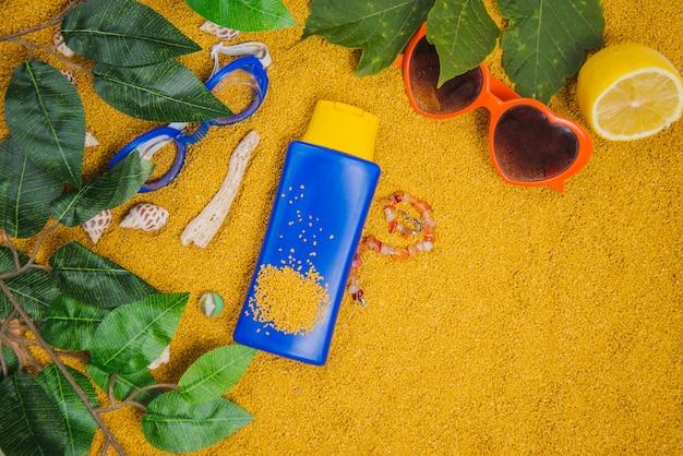 Concept d'été avec feuilles et crème solaire
