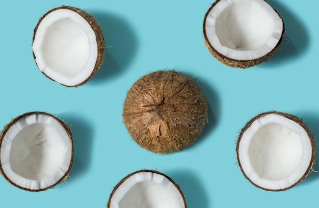 Concept d'été avec fruits de noix de coco coupés en deux