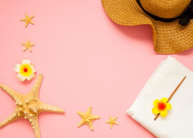 Concept d'été plat lay. étoiles de mer sur fond rose. concept de vues de dessus d'été avec espace de copie.