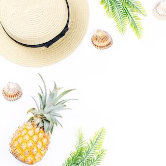 Concept d'été tropical avec des accessoires de mode femme, feuilles et ananas sur fond blanc. mise à plat, vue de dessus