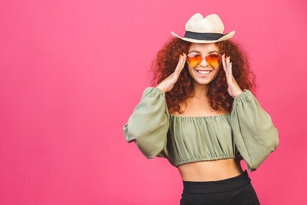Concept d'été de voyage élégante jeune fille bouclée ou femme dans un chapeau de paille avec des lunettes de soleil