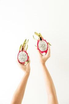 Concept d'été et de voyage. les mains de la jeune femme tenant le fruit du dragon tropical exotique