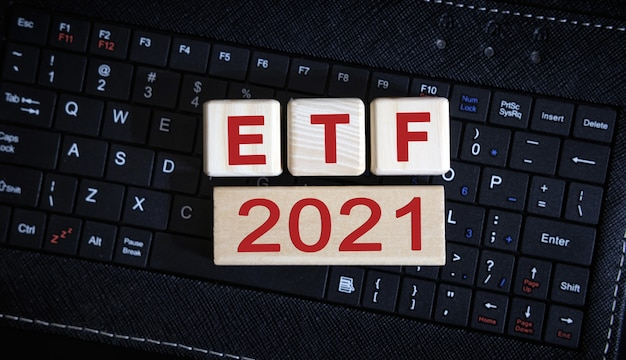 Concept etf 2021. cubes en bois sur un clavier noir.