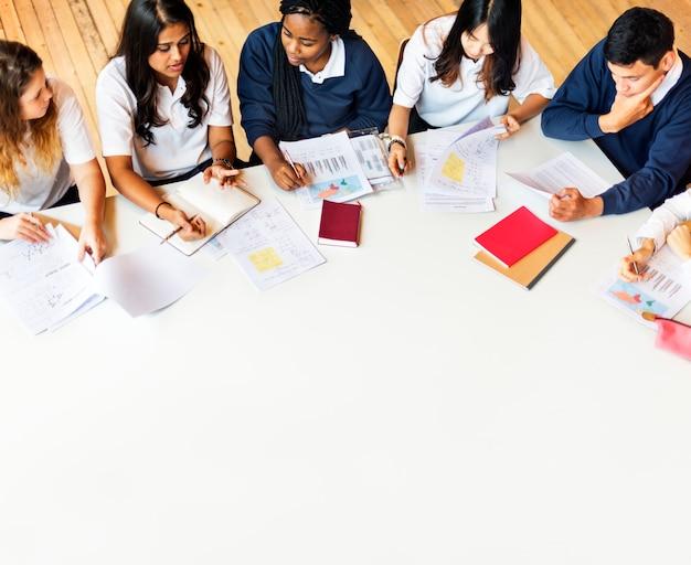 Concept d'étude comprenant des amis camarades de classe
