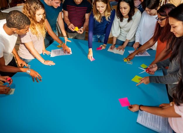 Concept d'étude comprenant des amis étudiants de classe