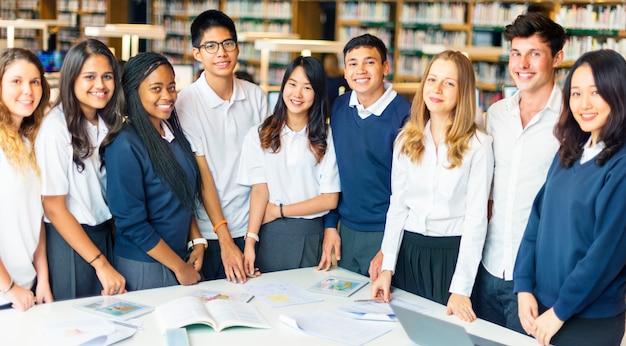 Concept d'étude comprenant des amis étudiants