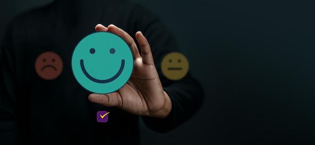 Concept d'expérience client. client heureux donnant un avis positif. excellents commentaires sur les produits et services. enquêtes de satisfaction client. stratégie de marketing