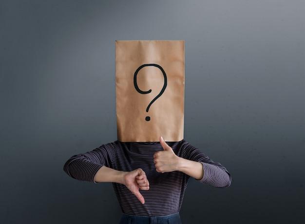 Concept d'expérience client. femme cliente avec icône de point d'interrogation sur le sac en papier