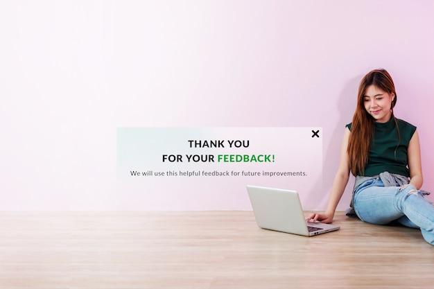 Concept d'expérience client. une jeune cliente lui a envoyé des commentaires en ligne