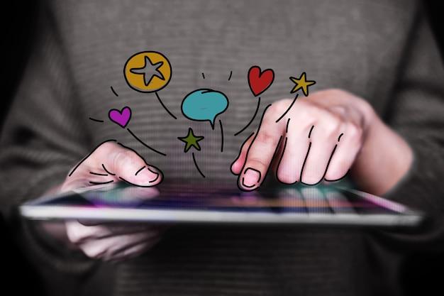 Concept d'expériences client. femme utilisant une tablette numérique pour donner des commentaires en ligne. avis positif. enquêtes de satisfaction client. vue de face. fermer