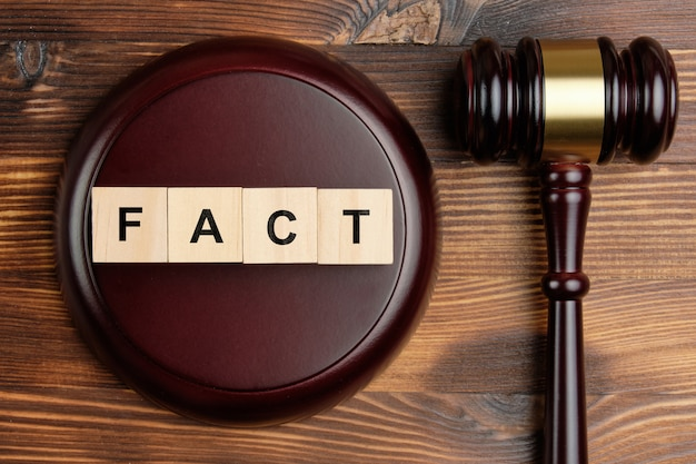 Concept de faits au tribunal à côté du juge marteau.
