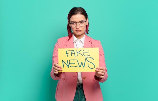Concept de fake news femme cool cheveux roux