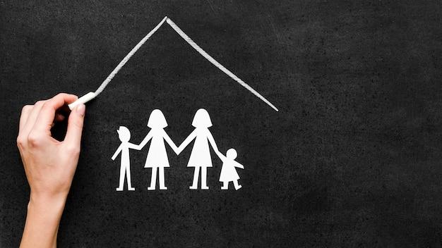 Concept de famille de craie dessiné sur tableau noir