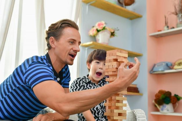Concept de famille. la famille est heureuse à la maison. papa et son fils s'amusent à la maison.