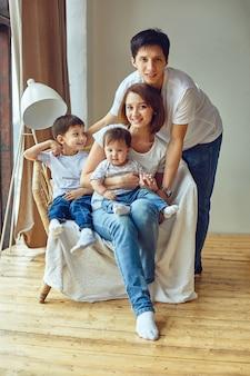 Concept de famille internationale heureux