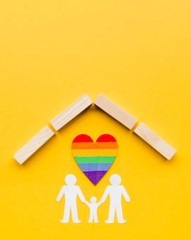 Concept de famille lgbt sur fond jaune avec espace de copie
