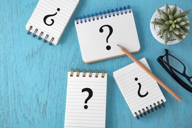 Concept de faq avec une variété de points d'interrogation sur fond bleu