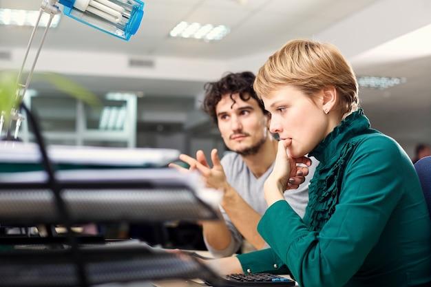 Le concept de femme d'affaires de travail de bureau pensant derrière l'ordinateur