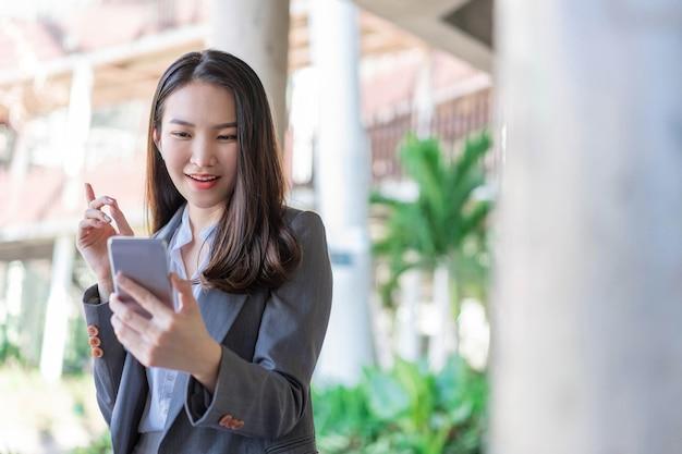 Concept de femme qui travaille une femme d'affaires ayant la vidéoconférence avec le client à l'extérieur du bureau.