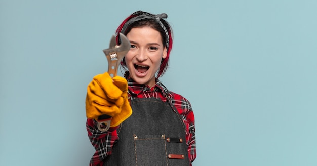 Concept de femme à tout faire ou de femme de ménage cool cheveux roux