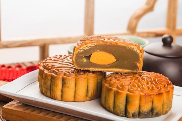 Concept de festival de mi-automne, gâteaux de lune traditionnels sur table avec tasse de thé.