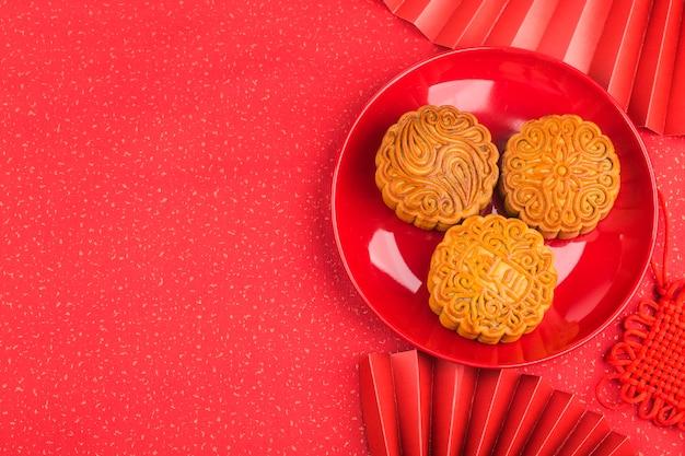 Concept de festival de mi-automne, gâteaux de lune traditionnels sur table