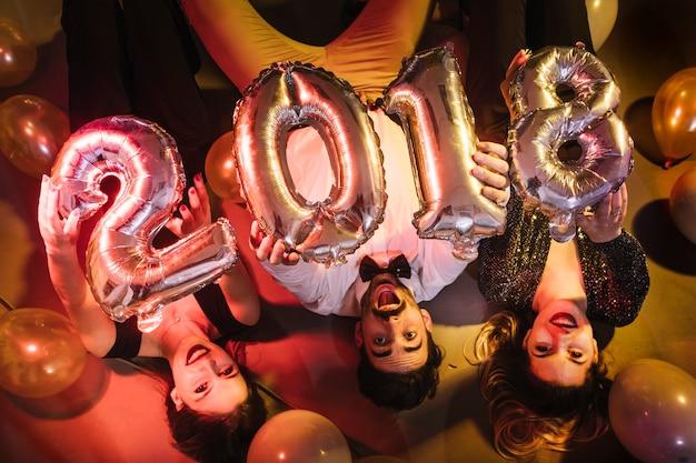 Concept de fête 2018 avec des personnes allongées sur le sol