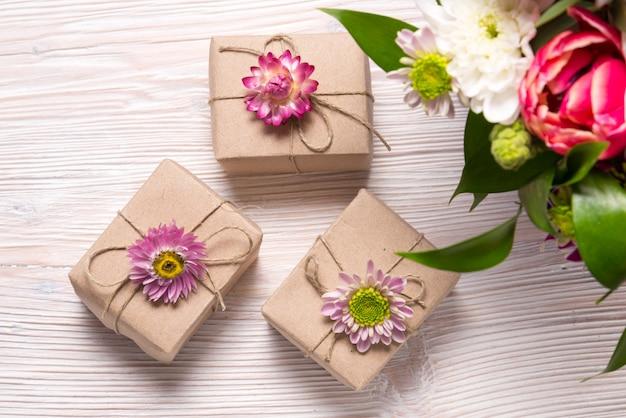 Concept de fête, coffrets cadeaux sur table en bois