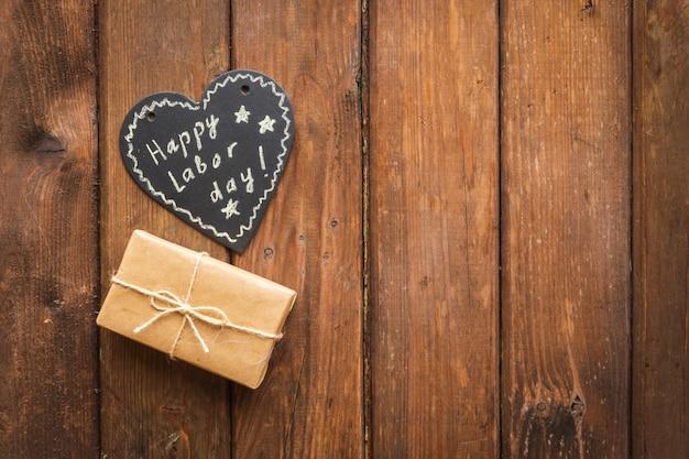 Concept de la fête du travail usa. étiquette de coeur avec des souhaits et une boîte cadeau artisanale.