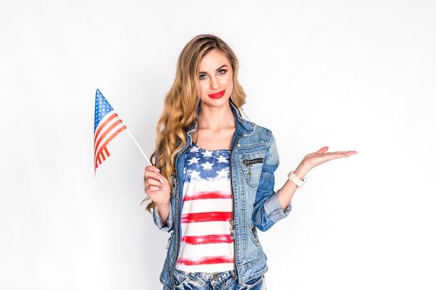 Concept de fête de l'indépendance des états-unis avec femme tenant le drapeau