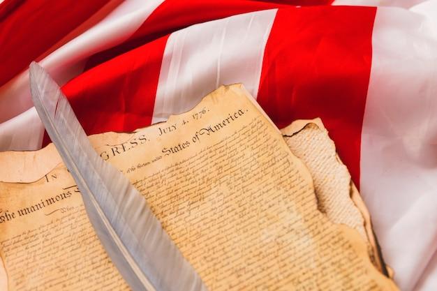 Concept de fête de l'indépendance des états-unis avec plume sur déclaration
