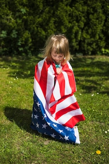 Concept de fête de l'indépendance avec une fille dans le jardin