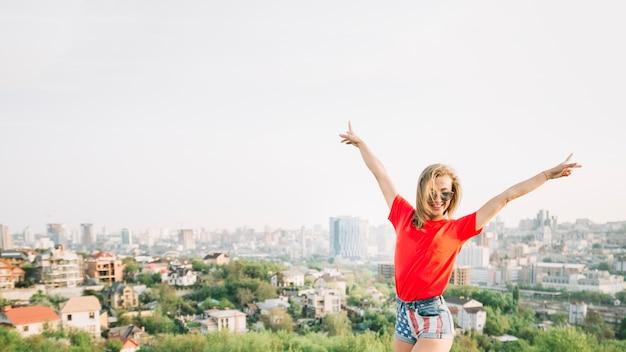 Concept de fête de l'indépendance avec fille sautante