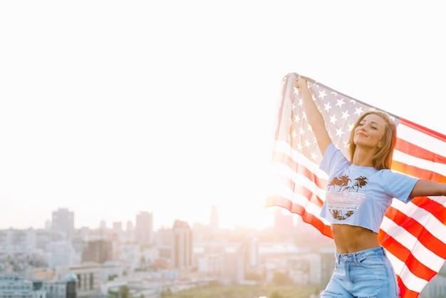 Concept de fête de l'indépendance avec une fille sur le toit