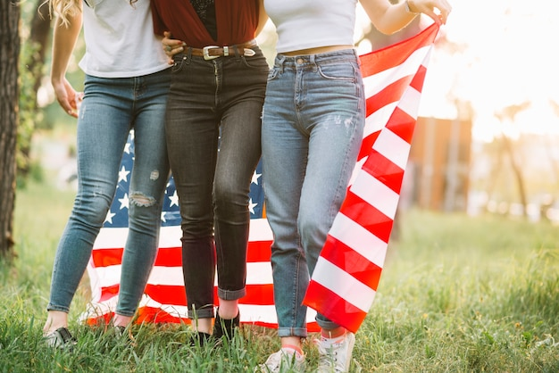 Concept de fête de l'indépendance avec les filles dans la nature