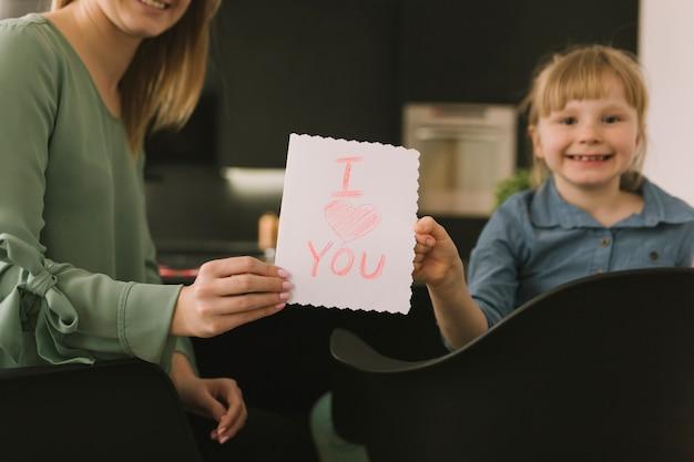 Concept de fête des mères avec des enfants dessin sur papier