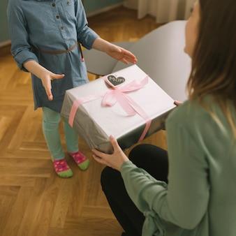 Concept de fête des mères avec la mère qui reçoit le cadeau