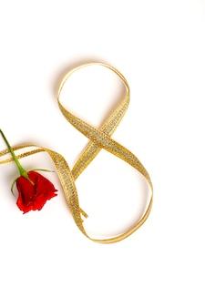 Concept de fête des mères, rose rouge et ruban d'or