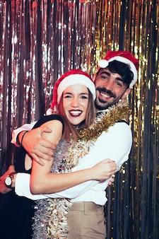 Concept de fête de nouvel an avec jeune couple
