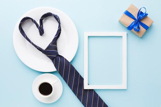 Concept de fête des pères avec cravate et cadeau