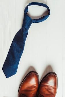 Concept de fête des pères avec cravate et chaussures