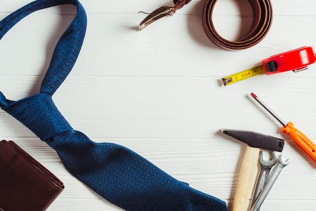 Concept de fête des pères avec cravate et outils